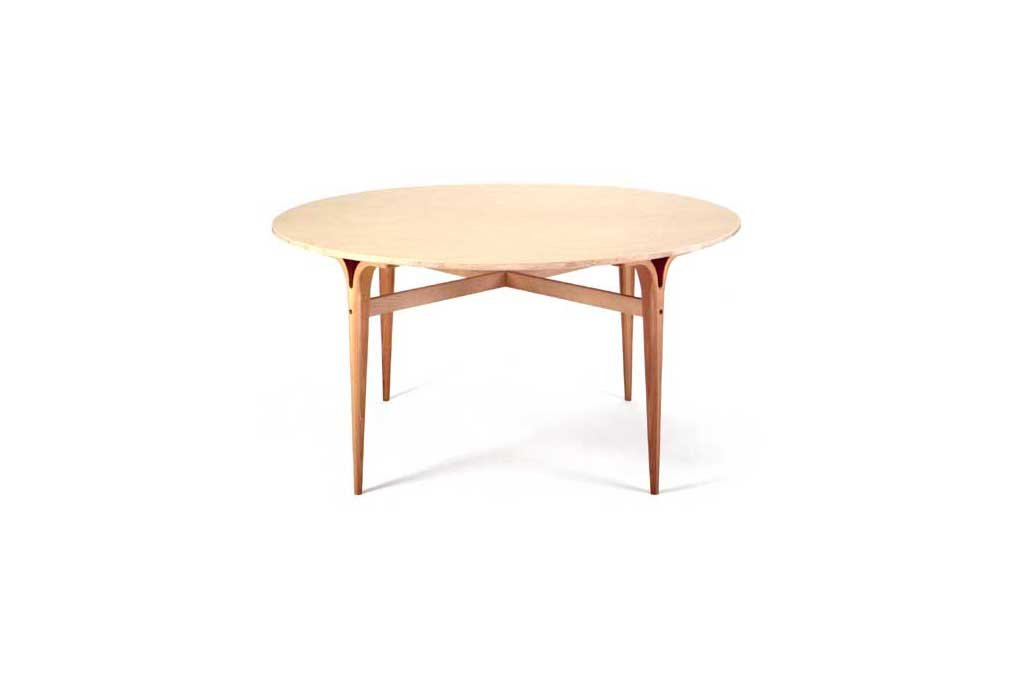 Tables with clefts legs of laminated beech