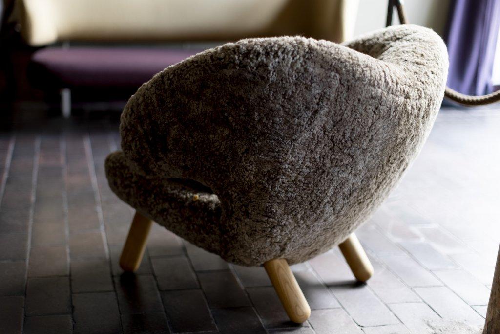 "Finn Juhl Pelican Chair, ""Sahara"" sheepskin"